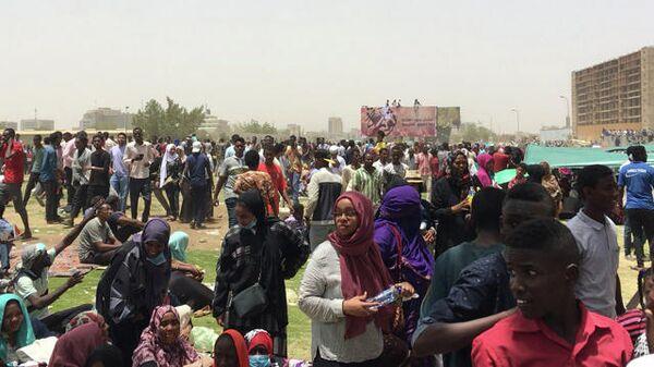 Протестующие против президента страны Омара аль-Башира у комплекса зданий Министерства обороны в Хартуме, Судан. 11 апреля 2019