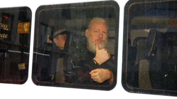 Основатель WikiLeaks Джулиан Ассанж в полицейском фургоне после задержания в Лондоне. 11 апреля 2019