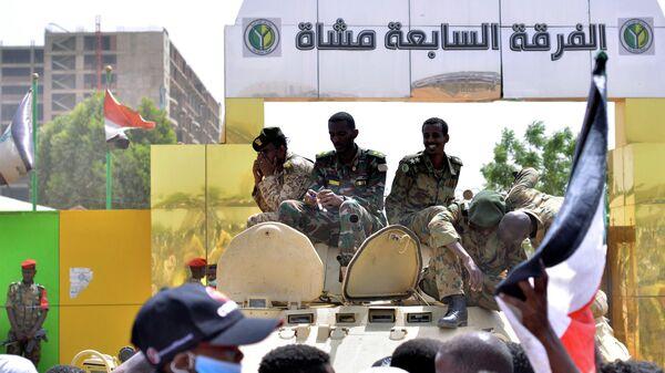 Суданские военные на бронетранспортере у здания Министерства обороны в Хартуме