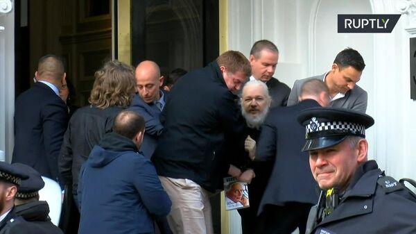 Сотрудники британской полиции выводят из здания посольства Эквадора арестованного основателя WikiLeaks Джулиана Ассанжа