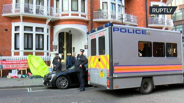 Полицейский автозак у здания посольства Эквадора