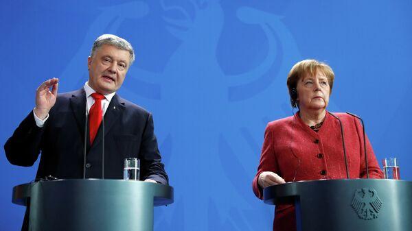 Президент Украины Петр Порошенко и канцлер Германии Ангела Меркель во время пресс-конференции в Берлине. 12 апреля 2019