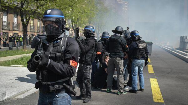 Полицейские во время демонстрации желтых жилетов в Тулузе, Франция