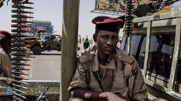 Военнослужащие дежурят на одной из улиц Хартума