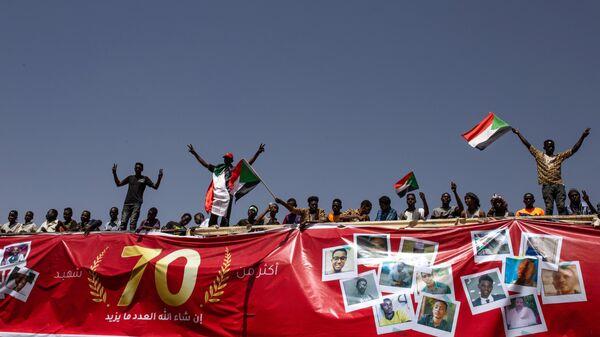Участники мирного митинга на одной из улиц Хартума