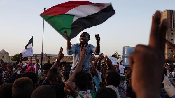 Участники мирного митинга на одной из улиц Хартума. Архивное фото