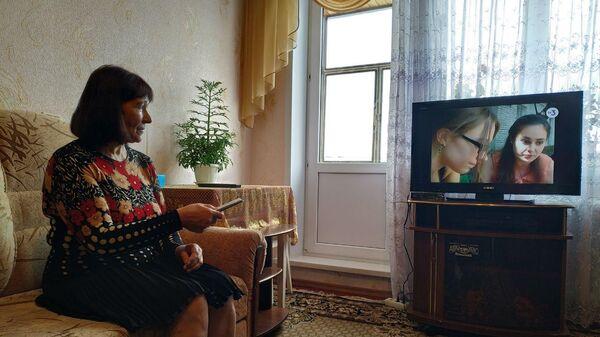 Валентина Пескова смотрит подключенный к цифровому вещанию телевизор.