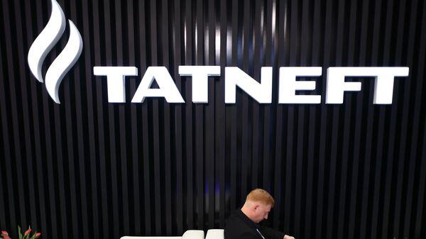 Эмблема нефтяной компании Татнефть на выставке Нефтегаз-2019