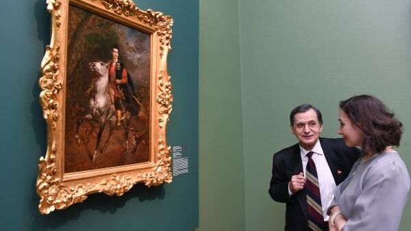 Посетители у Портрета А. Н. Демидова Сан-Донато на выставке Карл Брюллов