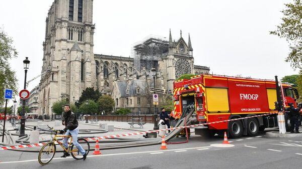 Пожарный автомобиль у собора Парижской Богоматери после пожара