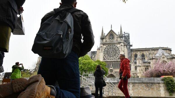 Люди на набережной напротив собора Парижской Богоматери после пожара