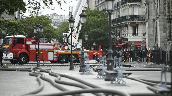 Пожарные у собора Парижской Богоматери после пожара