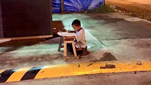 Школьник занимается под уличным фонарем: у семьи нет денег на электричество