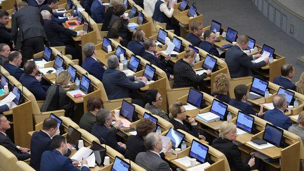 Депутаты на пленарном заседании Государственной Думы РФ в Москве. 18 апреля 2019