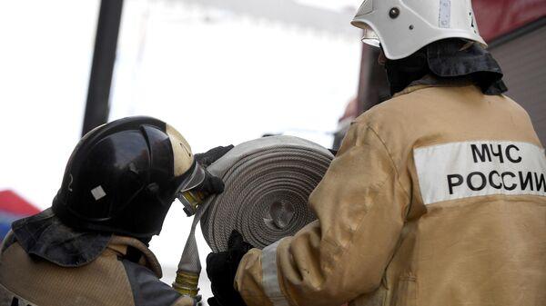 Сотрудники МЧС во время пожарно-тактических учений