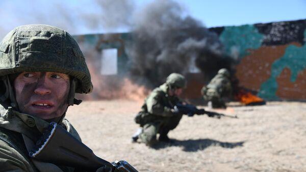 Военнослужащие мотострелковой бригады Восточного военного округа на учениях на военном полигоне в Забайкальском крае