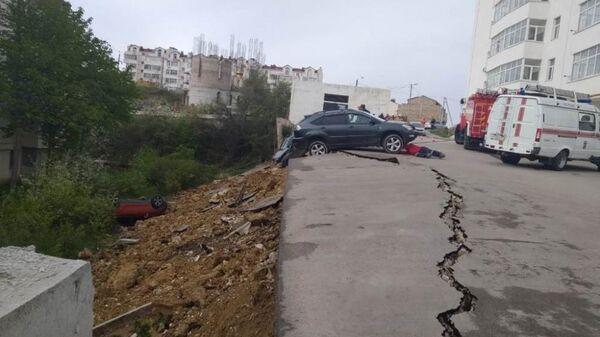 В Нахимовском районе Севастополя четыре машины упали в провал возле многоэтажного дома. 19 апреля 2019