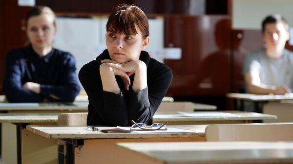 Ученики школы перед началом экзамена