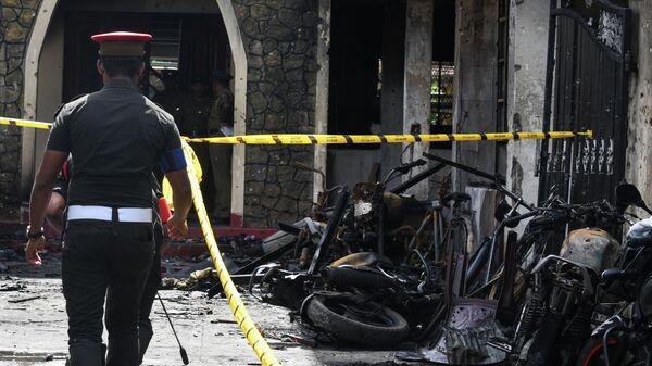 Сотрудники правоохранительных органов на месте взрыва в городе Баттикалоа, Шри-Ланка. 21 апреля 2019