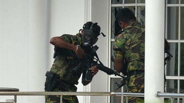 Сотрудники спецслужб Шри-Ланки во время рейда после серии взрывов в Коломбо