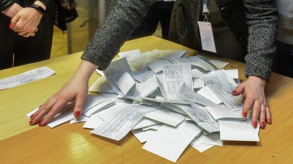 Члены участковой избирательной комиссии во время подсчета голосов второго тура выборов президента Украины на избирательном участке в Киеве
