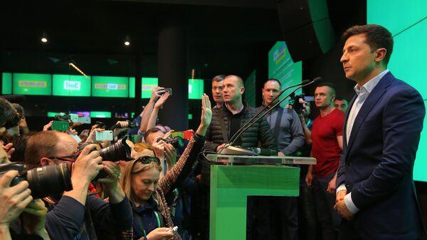 Кандидат в президенты Украины от партии Слуга народа Владимир Зеленский в собственном штабе