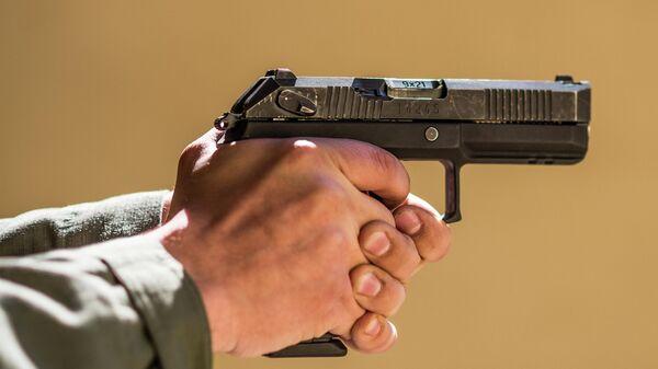 Пистолет Удав в руках стрелка, вид справа