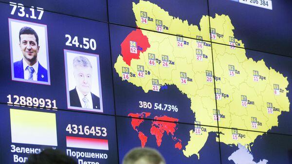 Монитор с информацией о предварительных результатах подсчета голосов второго тура президентских выборов в ЦИК Украины