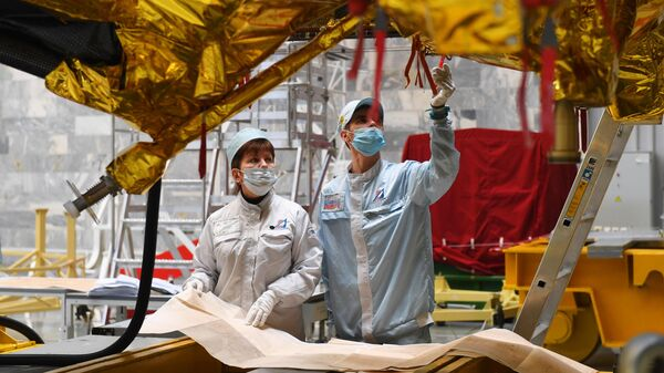 Сотрудники лаборатории НПО имени С.А. Лавочкина у космического аппарата Спектр-РГ перед отправкой на Байконур