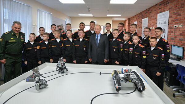 Президент РФ Владимир Путин во время посещения Санкт-Петербургского суворовского военного училища
