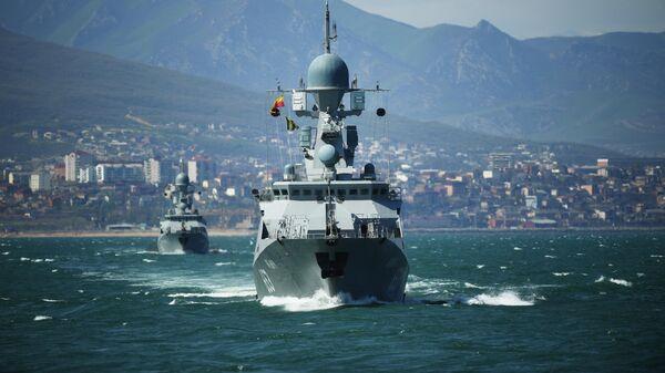 Малые ракетные корабли проекта 21623  Углич (на первом плане) и Великий Устюг на учениях корабельных ударных групп Каспийской флотилии ВМФ РФ в акватории порта Махачкалы