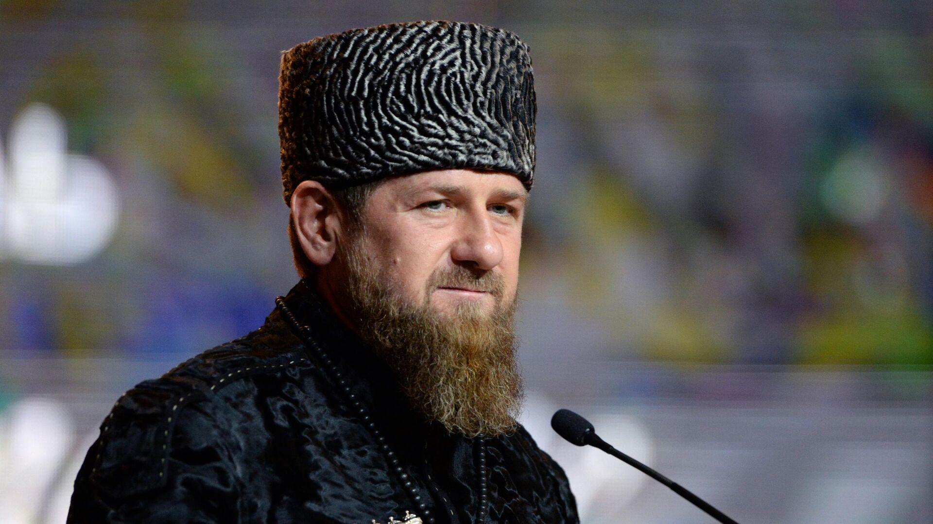 Глава Чеченской Республики Рамзан Кадыров выступает в Государственном театрально-концертном зале Грозного на праздновании Дня чеченского языка в Грозном - РИА Новости, 1920, 01.09.2021