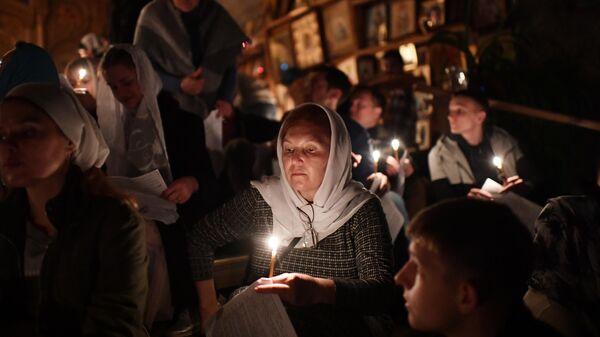 Верующие во время пасхальной службы в скальном мужском монастыре святого мученика Феодора Стратилата на горе Челтер-Коба в Бахчисарайском районе Крыма
