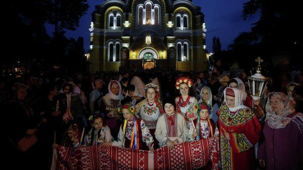 Прихожане новой церкви Украины возле Владимирского собора в Киеве