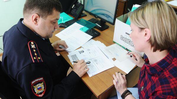 Сотрудник полиции в центре выдачи российских паспортов жителям ДНР и ЛНР