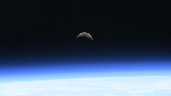 Восход Луны над атмосферой