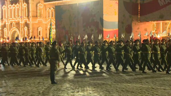 Ночной марш: в Москве прошла первая репетиция парада Победы
