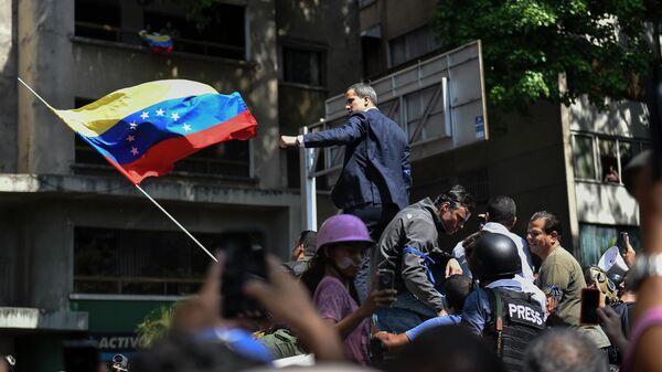Лидер оппозиции Хуан Гуаидо, провозгласивший себя временным президентом Венесуэлы выступает перед своими сторонниками на площади Альтамира в Каракасе
