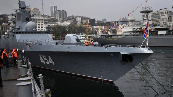 Фрегат Адмирал флота Советского Союза Горшков во время швартовки во Владивостоке. 1 мая 2019