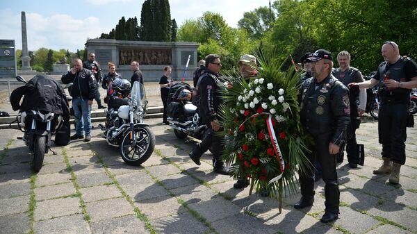 Участники мотопробега Дороги Победы – на Берлин возлагают венки на кладбище советских солдат в Варшаве