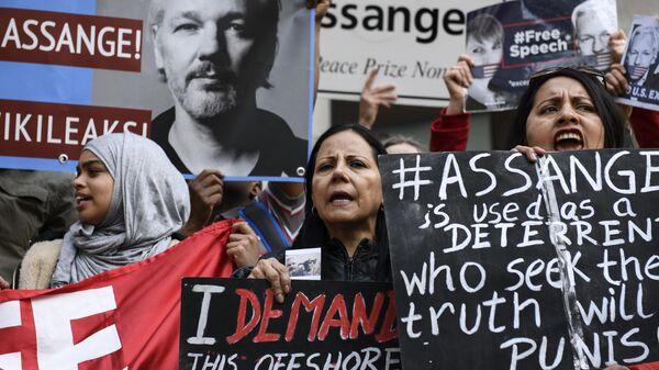 Участники акции в поддержку основателя WikiLeaks Джулиана Ассанжа в Лондоне. 2 мая 2019