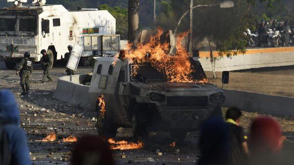 Столкновения протестующих с Национальной гвардией Венесуэлы в Альтамире, районе Каракаса