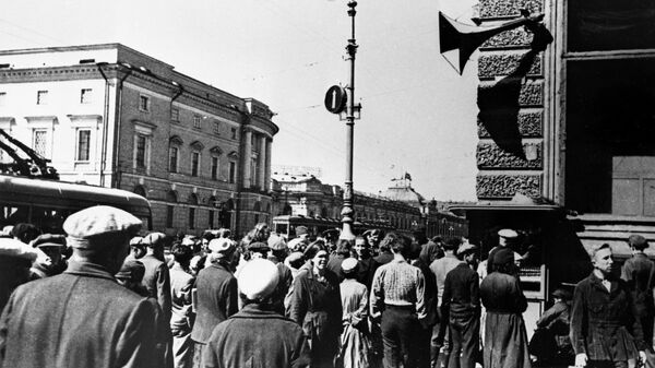 Жители Ленинграда 22 июня 1941 года во время объявления по радио правительственного сообщения о нападении фашистской Германии на Советский Союз