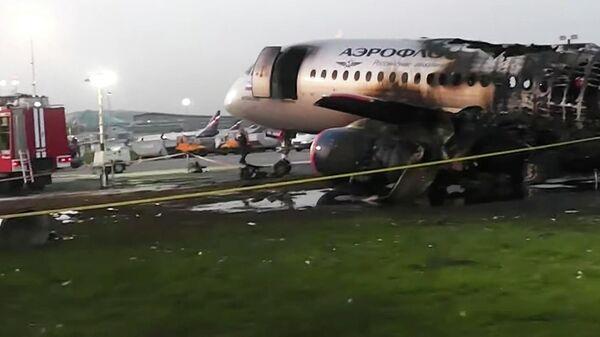 Обгоревший фюзеляж самолета компании Аэрофлот Sukhoi Superjet-100 на летном поле в аэропорту Шереметьево