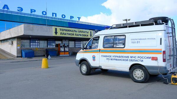 Автомобиль МЧС у здания международного аэропорта Мурманска