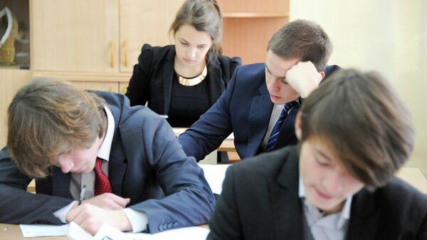 Выпускники одной из школ пишут итоговое сочинение