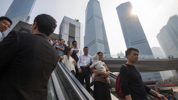 Горожане в районе Пудун в Шанхае
