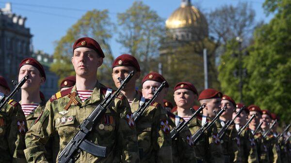 Военнослужащие перед началом военного парада в Санкт-Петербурге, посвященного 74-й годовщине Победы в Великой Отечественной войне