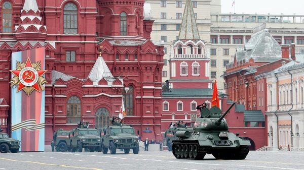 Танк Т-34-85 на военном параде на Красной площади, посвященном 74-й годовщине Победы в Великой Отечественной войне