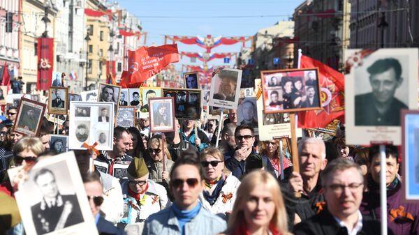 Участники акции Бессмертный полк в Санкт-Петербурге